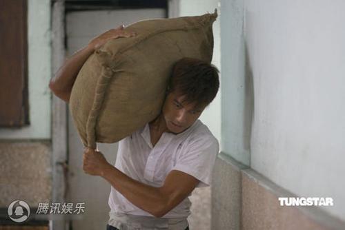 Quách Phú Thành vừa cõng con vừa giặt giũ - 3