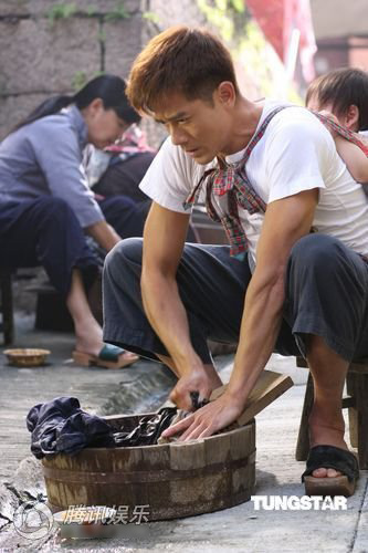Quách Phú Thành vừa cõng con vừa giặt giũ - 6