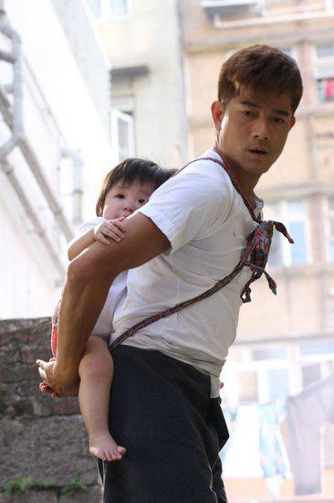 Quách Phú Thành vừa cõng con vừa giặt giũ - 7