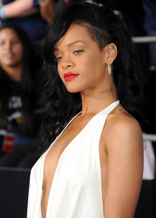 """Xuất viện, Rihanna lại """"mát"""" hết cỡ - 2"""