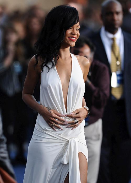 """Xuất viện, Rihanna lại """"mát"""" hết cỡ - 3"""