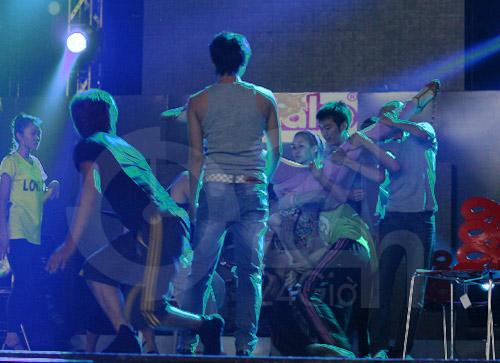 Hà Hồ suýt té nhào trên sân khấu - 3
