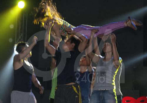 Hà Hồ suýt té nhào trên sân khấu - 2