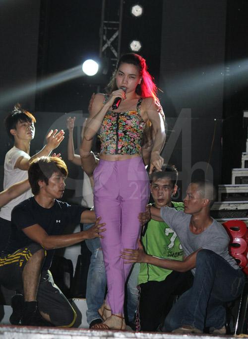 Hà Hồ suýt té nhào trên sân khấu - 6