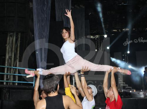 Hà Hồ suýt té nhào trên sân khấu - 12