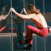 Leo lên tòa nhà cao 231m bằng tay không