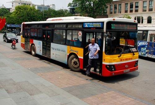 """Hành hung người bán vé để """"quỵt"""" tiền xe buýt - 2"""