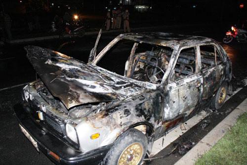 Ô tô Honda Civic bốc cháy khi đang chạy - 1