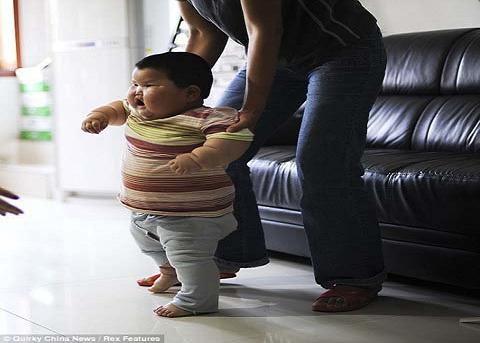 Bé 18 tháng tuổi đã nặng 19kg - 2