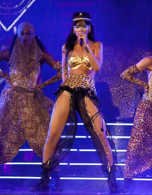 Rihanna dát vàng môi, mắt - 3