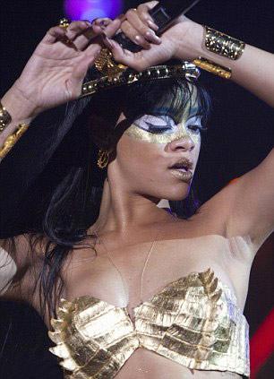 Rihanna dát vàng môi, mắt - 5