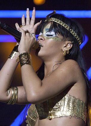 Rihanna dát vàng môi, mắt - 6