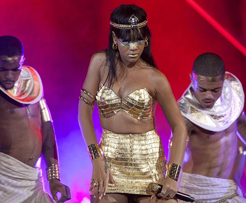 Rihanna dát vàng môi, mắt - 9