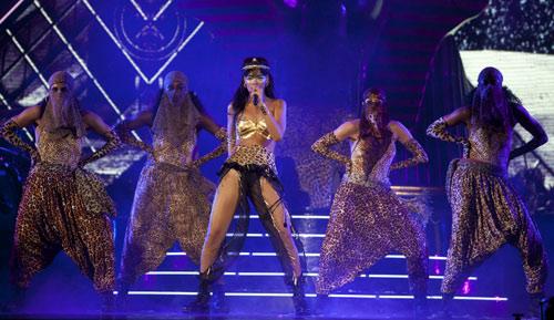 Rihanna dát vàng môi, mắt - 10