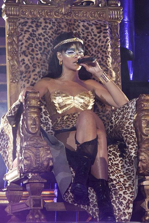 Rihanna dát vàng môi, mắt - 7