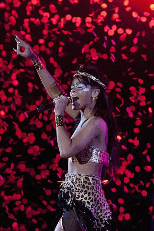Rihanna dát vàng môi, mắt - 8