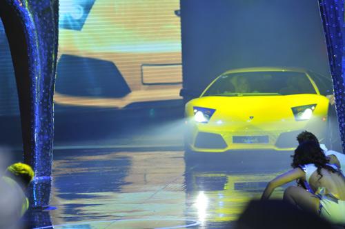 Hà Hồ mang siêu xe lên sân khấu - 1