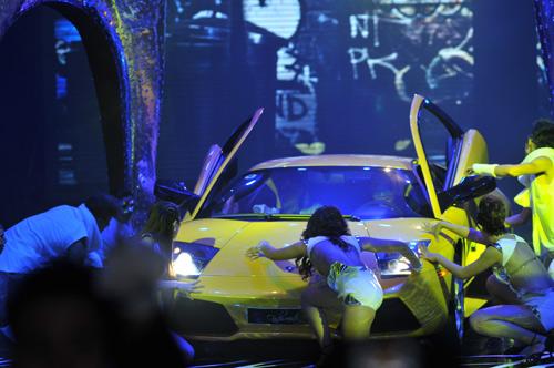 Hà Hồ mang siêu xe lên sân khấu - 2