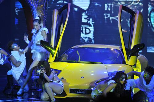 Hà Hồ mang siêu xe lên sân khấu - 3