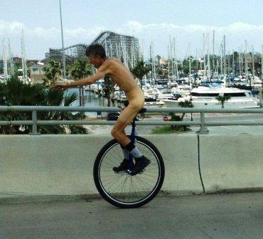 Khỏa thân đi xe đạp 1 bánh tài tình - 1
