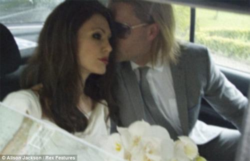 HOT: Jolie-Pitt lộ ảnh cưới giả - 5