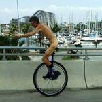 Phi thường - kỳ quặc - Khỏa thân đi xe đạp 1 bánh tài tình