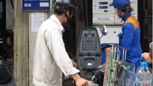 Mỗi ngày, DN xăng dầu lãi thêm 100 đồng/lít xăng - 2