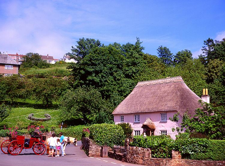 Cockington nổi tiếng với những ngôi nhà mái tranh duyên dáng như trong cổ tích.