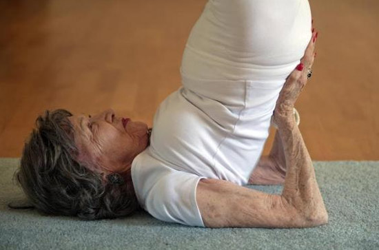 93 tuổi vẫn làm giáo viên dạy yoga - 2