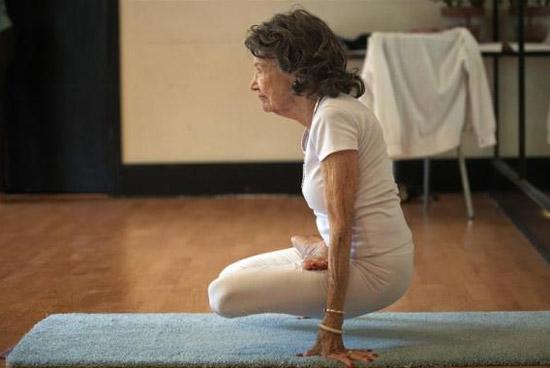 93 tuổi vẫn làm giáo viên dạy yoga - 4