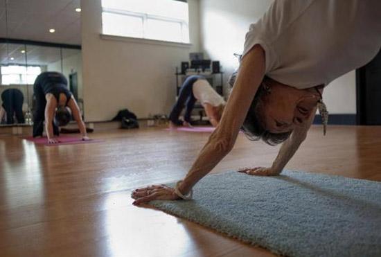 93 tuổi vẫn làm giáo viên dạy yoga - 5