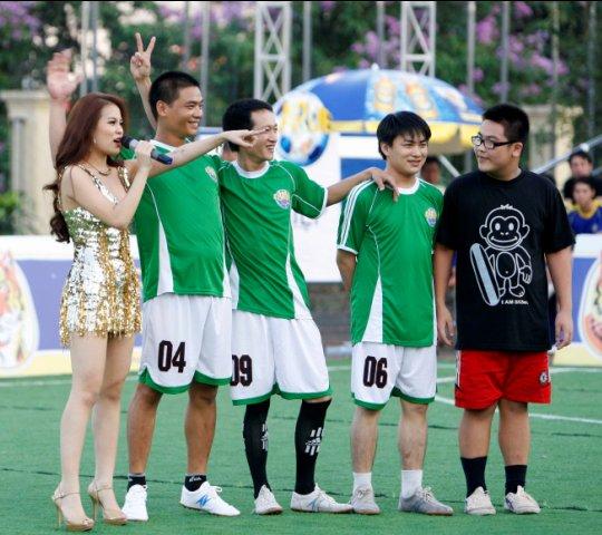 """Hoàng Thùy Linh """"thiêu đốt"""" sân bóng - 7"""