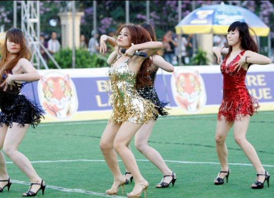 """Hoàng Thùy Linh """"thiêu đốt"""" sân bóng - 9"""