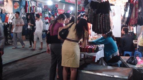 Chợ đêm Đồng Xuân: Bát nháo và biến tướng - 1