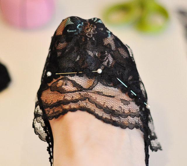 Làm tất ren cho đôi giày thêm sexy - 7
