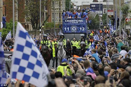 Chùm ảnh và video Chelsea rước cúp tại London - 8
