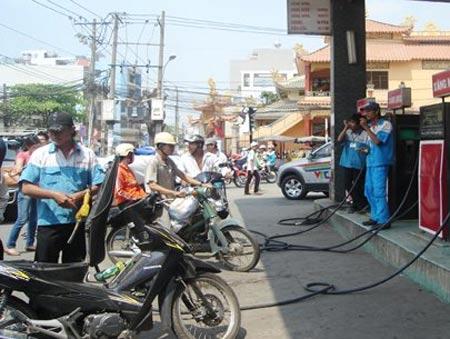 Giá xăng dầu giảm, đua tăng tiền hoa hồng - 1