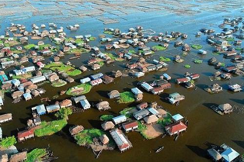 Ngôi làng trên hồ độc đáo ở châu Phi - 1