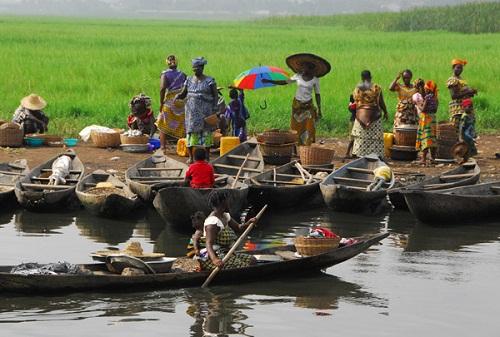 Ngôi làng trên hồ độc đáo ở châu Phi - 14