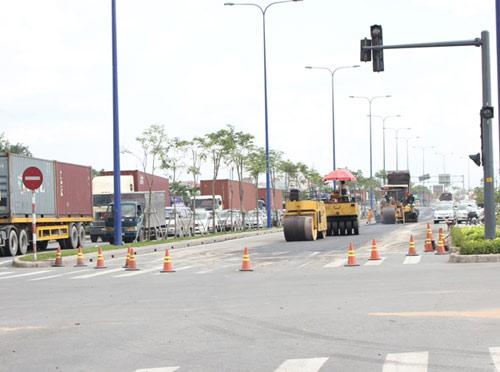 Cấm đường sửa lún, Đại lộ Đông Tây kẹt cứng - 1
