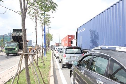 Cấm đường sửa lún, Đại lộ Đông Tây kẹt cứng - 3