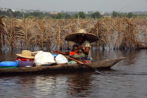 Ngôi làng trên hồ độc đáo ở châu Phi - 23