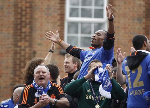 Drogba rời Chelsea: Tạm biệt người hùng - 10