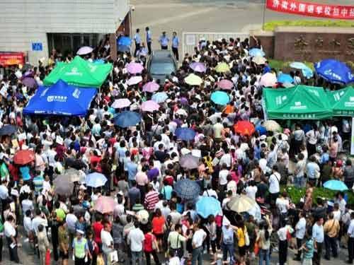 TQ: Hàng ngàn người vây kín trường điểm - 1