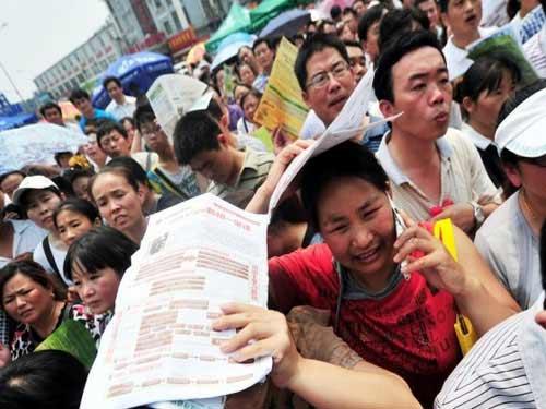 TQ: Hàng ngàn người vây kín trường điểm - 2
