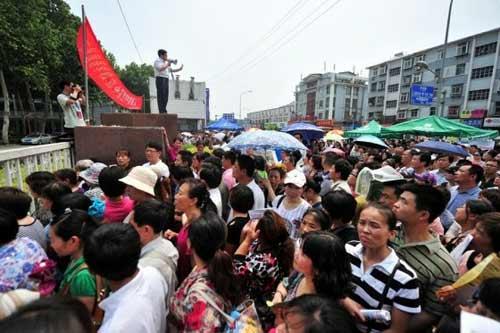 TQ: Hàng ngàn người vây kín trường điểm - 3