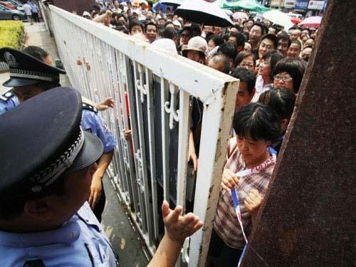 TQ: Hàng ngàn người vây kín trường điểm - 4