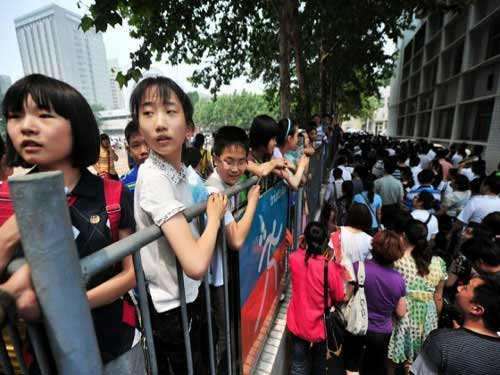 TQ: Hàng ngàn người vây kín trường điểm - 6