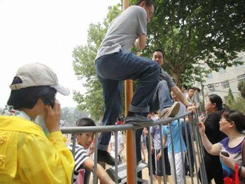 TQ: Hàng ngàn người vây kín trường điểm - 7