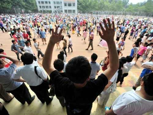 TQ: Hàng ngàn người vây kín trường điểm - 8
